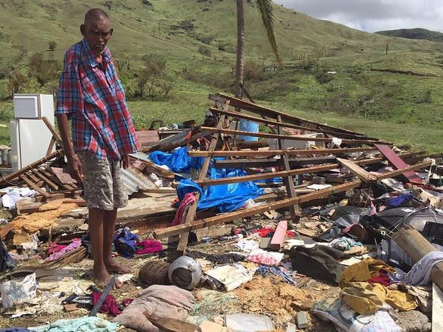 Naresh Kumar é fotografado sobre as ruínas de sua casa em Tuvu Lautoka, no Fiji, na segunda (22), após a passagem do ciclone Winston (Foto: AFP Photo/Feroz Khalil/Mai Life Magazine)