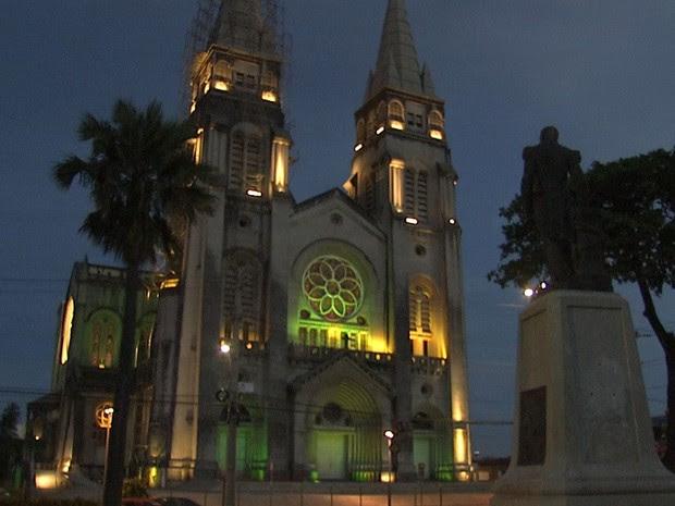 Catedral de Fortaleza é um dos monumentos a receber a iluminação verde e amarela (Foto: TV Verdes Mares/Reprodução)