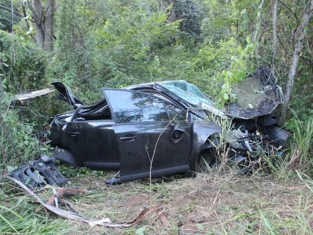Veículo saiu da pista e parou há mais de 50 metros após bater em várias árvores. (Foto: Valdivan Veloso/G1)