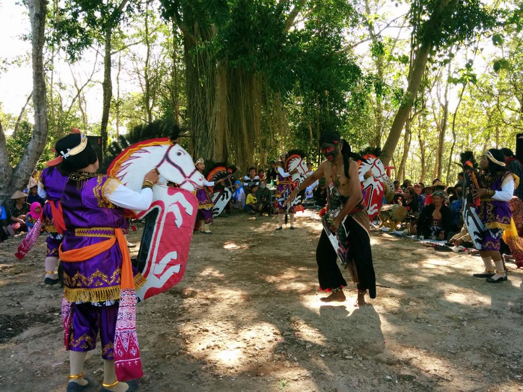 """Pertunjukan kesenian tradisional """"Jathilan"""""""
