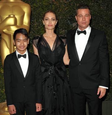 Brad Piit, Angelina Jolie y su hijo Maddox, en 2013.
