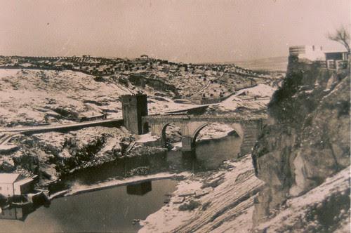 Puente de San Martín en un día de nieve, Toledo (España)