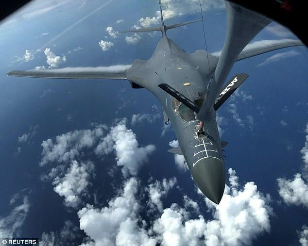 Un des deux bombardiers Lancer de l'armée de l'air américains B-1B est ravitaillé lors d'une mission de 10 heures qui dessert les environs de Kyushu, au Japon