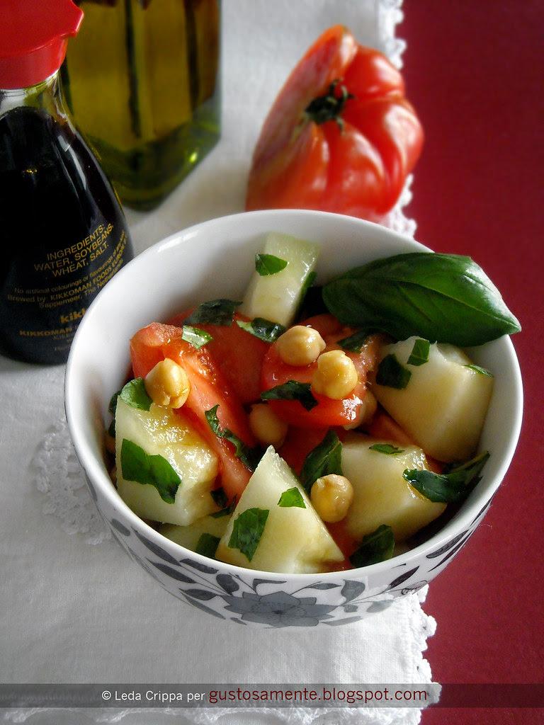 Insalata di pomodori costoluti e melone bianco con ceci, basilico e salsa di soia scura