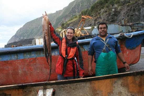 Tristão da Cunha - uma turista posando ao lado de um pescador local
