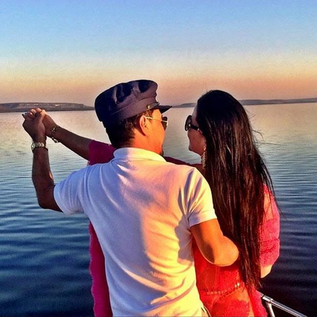Zezé Di Camargo e a namorada, Graciele Lacerda, curtem passeio de barco em Cuiabá, Mato Grosso (Foto: Instagram/ Reprodução)
