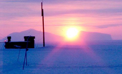 O sol se pondo em Alert Nunavut
