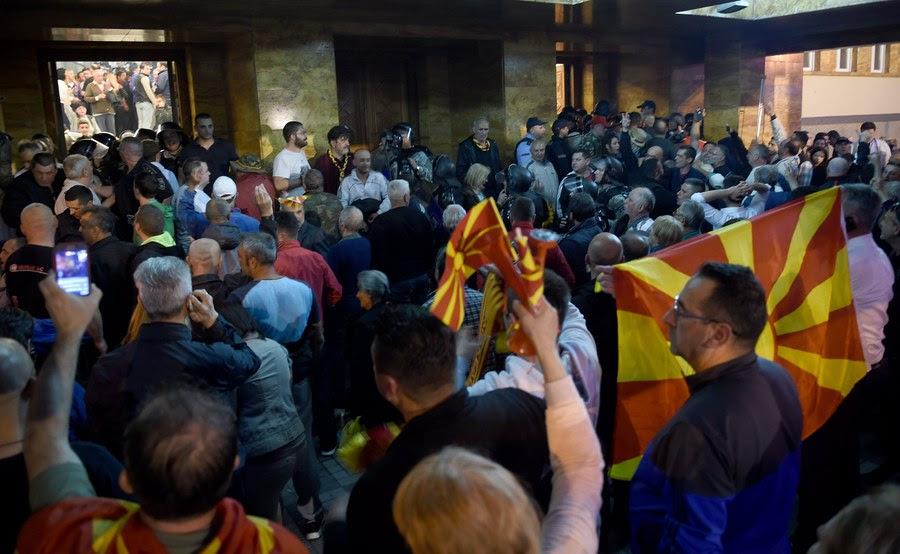 EKTAKTO: Διαλύονται τα Σκόπια – Εισβολή οπαδών του Γκρούεφσκι στη Βουλή – Ξυλοφόρτωσαν τον αρχηγό της αντιπολίτευσης - Εικόνα15
