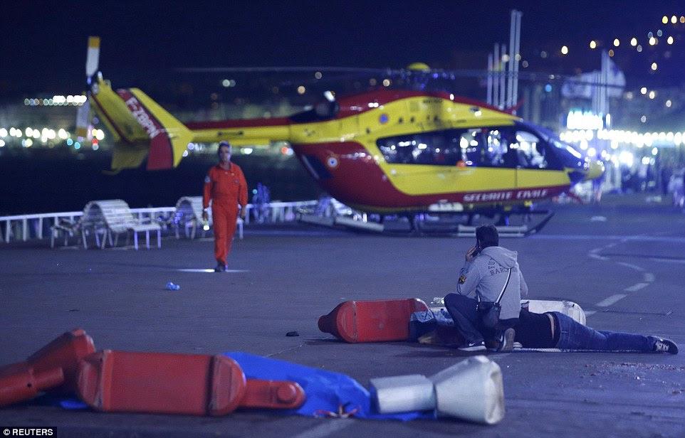 Uma ambulância do ar chegou ao local, na foto, para tomar sobreviventes do ataque ao hospital