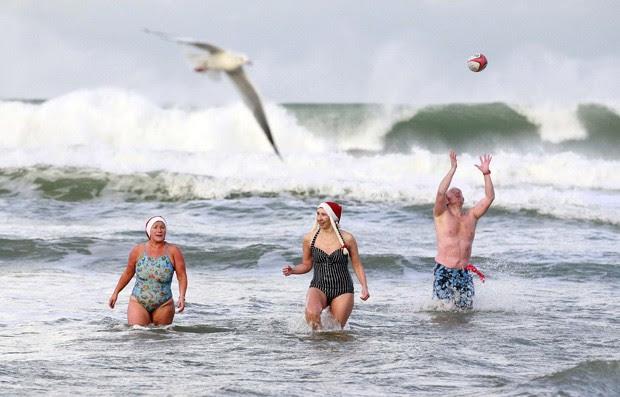 Irlandeses enfretaram o frio e nadaram nas águas geladas em evento de caridade (Foto: Cathal McNaughton/Reuters)