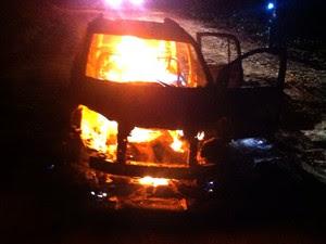 PM encontrou o veículo ainda em chamas; corpo estava no banco traseiro do veículo (Foto: cabo da PM Ivoneide Araújo)