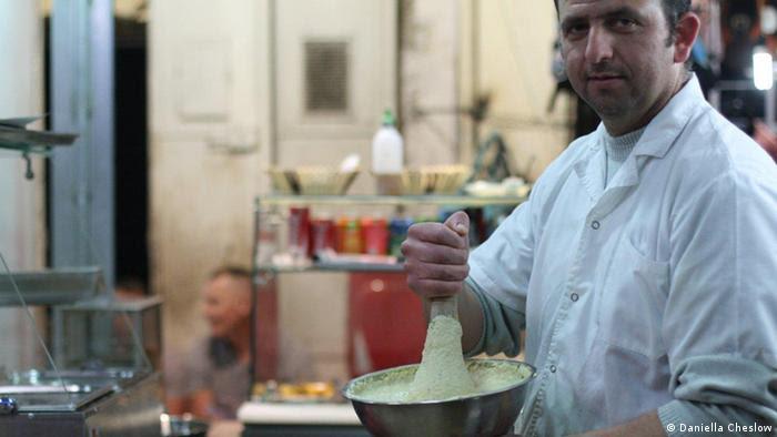 Cook Wafa Ishad Idkedik Walaa in Idkedik Restaurant, Jerusalem Old City, Israel in April 2013 (Foto: Daniella Cheslow)