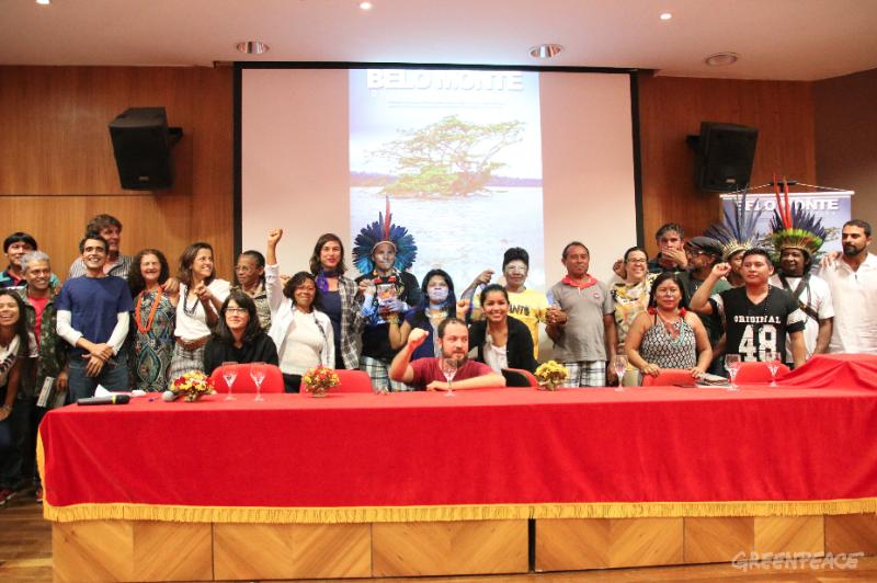 Convidados e organizadores posam para foto após a exibição de estreia do documentário. Foto: © Alan Azevedo / Greenpeace