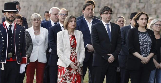 El presidente de la Generalitat, Carles Puigdemont (2ºd), acompañado por la alcaldesa de Barcelona, Ada Colau (d), y la presidenta del Parlamento de Cataluña, Carme Forcadell (c), durante el homenaje al ex expresident Luís Companys en el lugar donde fue f