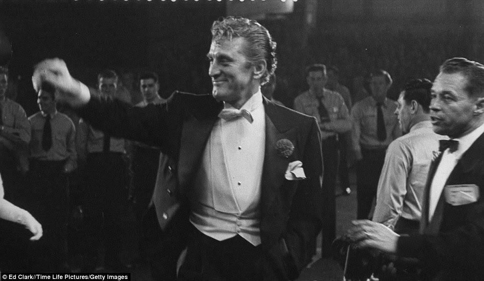 Hollywood realeza: Kirk Douglas olha dapper que ele chega em seu smoking para comemorar a noite Oscars - ele foi indicado três vezes, mas nunca ganhou.  Ele finalmente recebeu Oscar honorário em 1996 por sua contribuição à indústria do cinema
