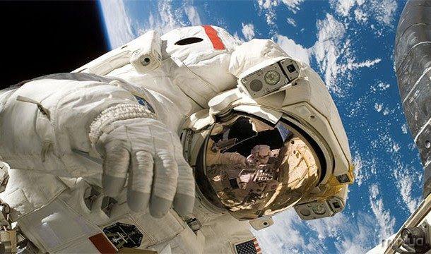 No espaço, os astronautas, por vezes, ver flashes brilhantes devido a raios cósmicos marcantes sua retina. Isso não acontece aqui na Terra graças à proteção do magnteosphere