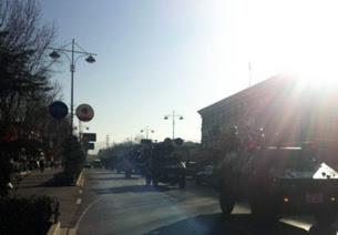 图片:1月31日,西藏首府拉萨街头,武警装甲车在街道巡逻。(姜先生提供)