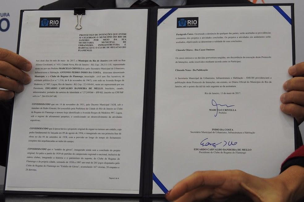 Contrato assinado por Flamengo e Prefeitura (Foto: Fred Gomes)