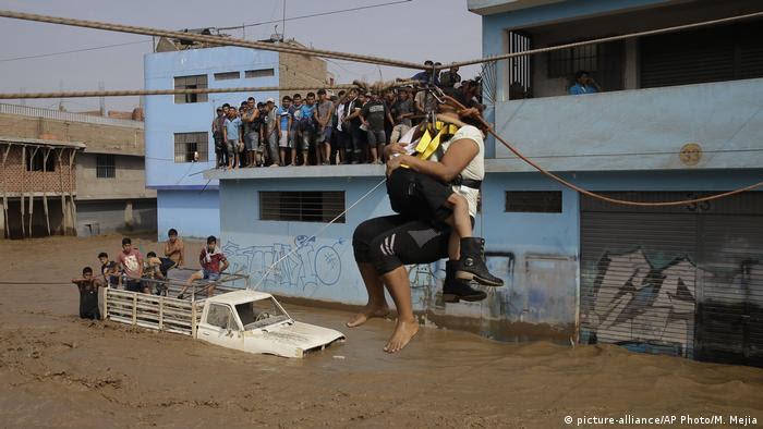 Peru Überschwemmungen (picture-alliance/AP Photo/M. Mejia)