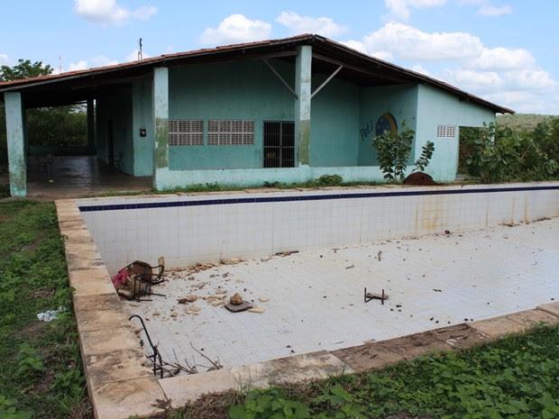 Coordenador diz que prédio do Peti está abandonado e crianças ainda assistem aula no local (Foto: Gil Oliveira/ G1)