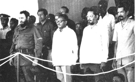 Visite o Comandante-em-Chefe Fidel Castro a Angola, no primeiro aniversário da vitória de 1976. À direita do líder cubano, o presidente Agostinho Neto, Jorge Risquet e Lucio Lara, líder do MPLA.  Foto: Arquivo CubaDebate