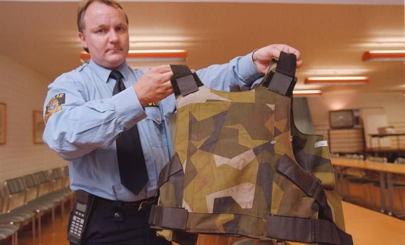 Politimanden Bertil Ramsten fremviser den skudsikre vest, som Ljunggren kørte med. (Polfoto/Mats Strand)