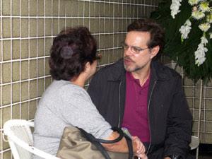 O ator Diogo Vilela, cumprimenta familiares de Rossi no velório (Foto: Carla Meneghini/G1)