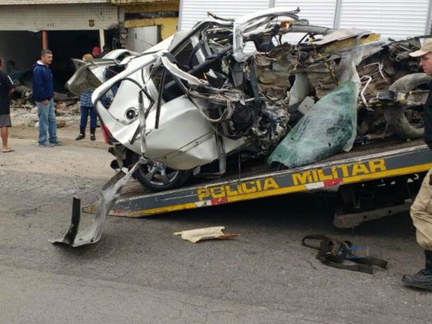 Acidente aconteceu por volta das 5h30 deste domingo (31) (Foto: Dino Menon / RPC)