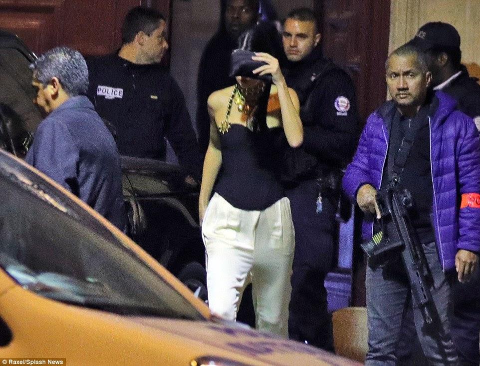 A polícia e os médicos são retratados no local, juntamente com Kendall Jenner (centro), Jasmine Sanders e Terrence J que deixou o apartamento às 4:30 da manhã