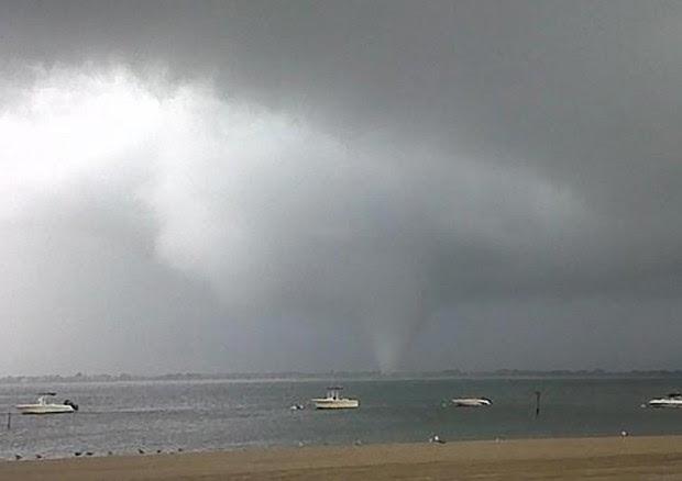 Imagem mostra a formação de um tornado em Breezy Point, no Queens neste sábado (8) (Foto: Joey Mure / AP)