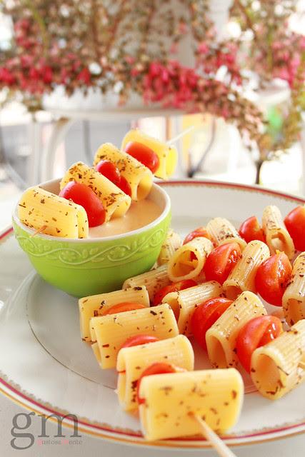 Spiedini di pasta e pomodorini con salsa rosata