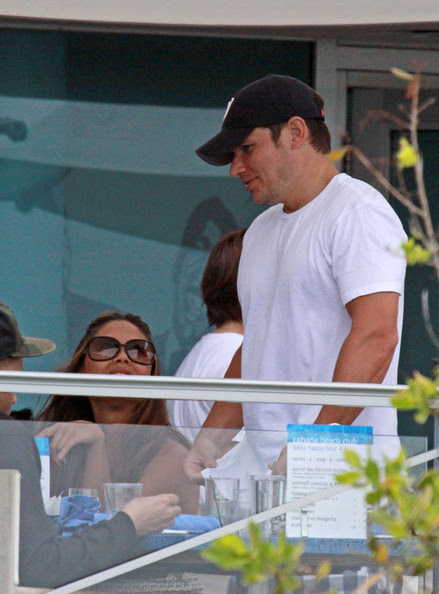 Nick Lachey and Vanessa Minnillo grab lunch with friends while in Miami Beach.