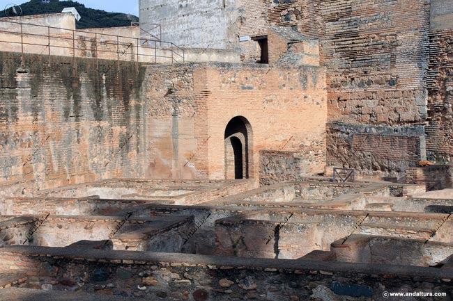Entrada en la base de la Torre del Homenaje al Patio de Armas