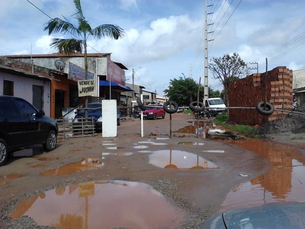 Contadora denunciou estado precário da Avenida Nossa Senhora da Vitória (Foto: Francileuza Farias/VC no G1)