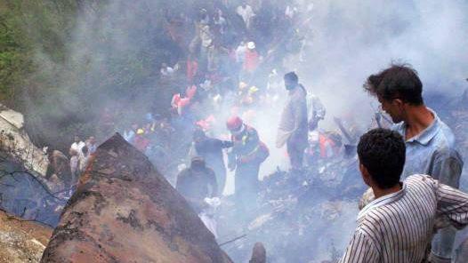 HORROR. Los servicios de rescate trabajan en la zona en la que se estrelló el avión de Air Blue en Isalamabad. (EFE)