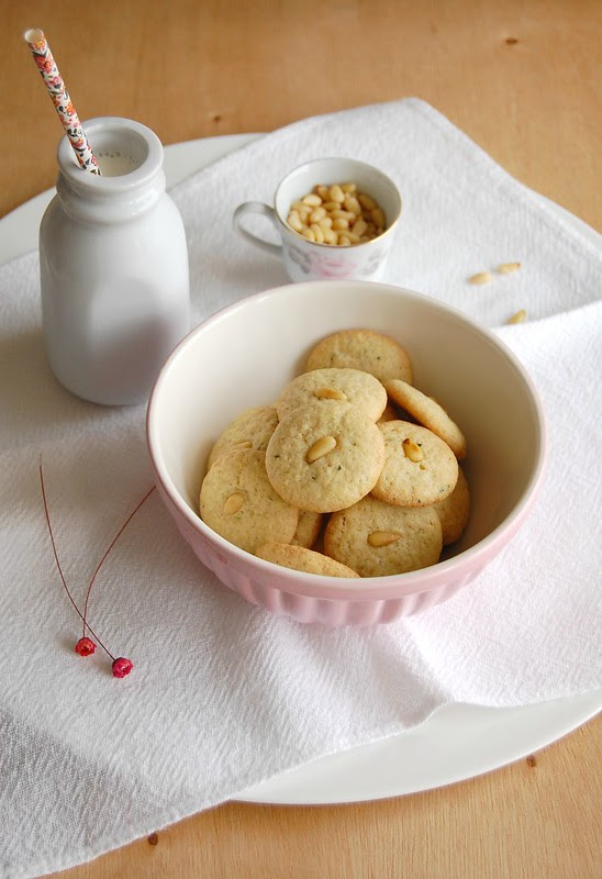 Pine-nut cookies with thyme