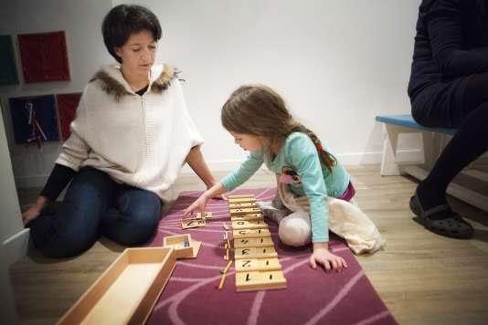 Apprentissage ludique des mathématiques dans une école Montessori de Haute-Savoie.