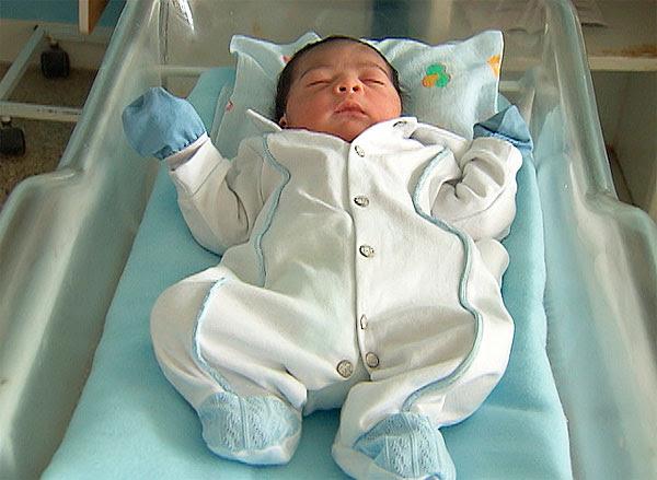 Primeiro bebê de 2012 em Salvador (Foto: Imagem/TV Bahia)