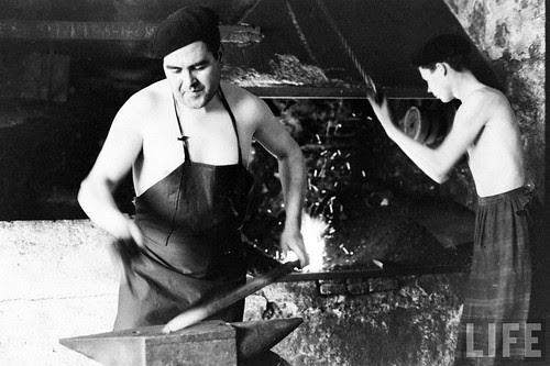 Fábrica de espadas, damasquinado y armaduras de Toledo en 1965. Fotografía de Carlo Bavagnoli. Revista Life (9)