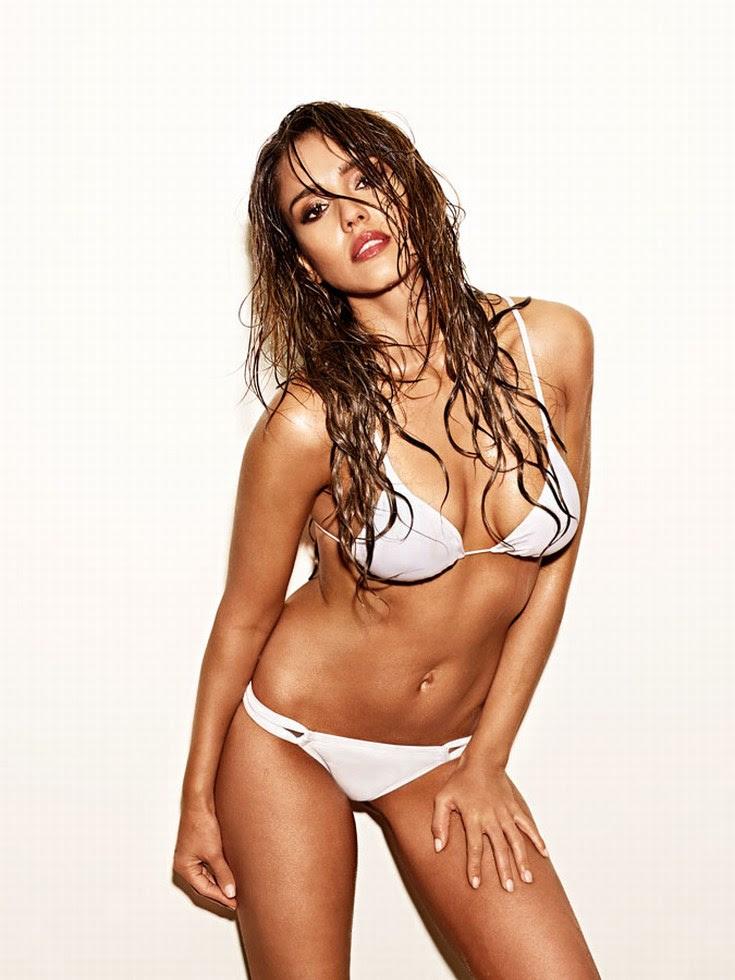 Jessica Alba mojada y encon un bikini blanco