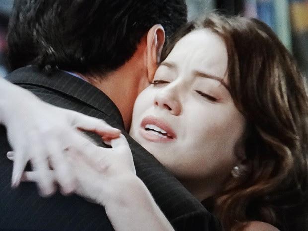 Marcos e Laura não abraçam em um impulso (Foto: TV Globo)