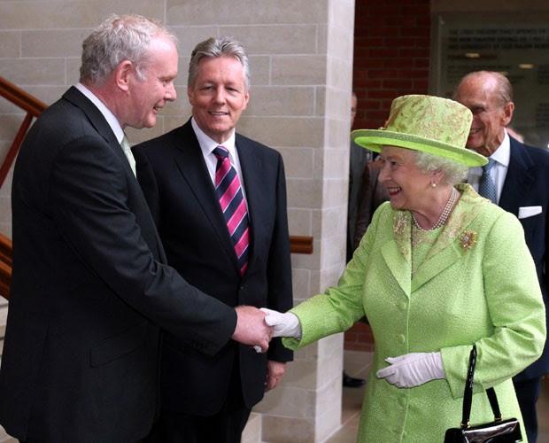 Martin McGuinness, ex-dirigente do IRA, e a rainha Elizabeth II compartilham aperto de mãos histórico (Foto: Paul Faith/AP)