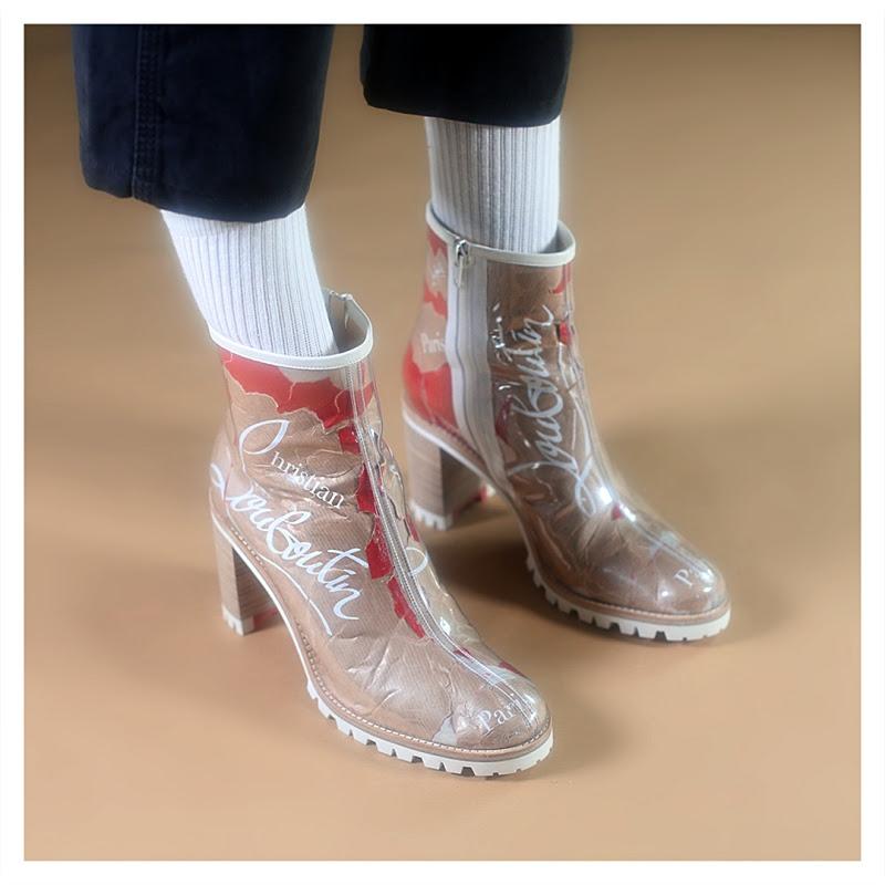 Para esta coleção Christian Louboutin virou seus calçados ao avesso. Elementos que costumam passar despercebidos na construção das peças recebem uma posição de destaque, como estruturas de metal, detalhes em canvas e cortiça.