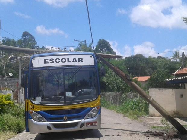 Ônibus escolar foi atingido por poste em Caçapava (Foto: Vanguarda Repórter/Caroline Ferreira)