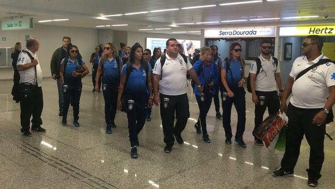Seleção Brasileira Futebol Femino - desembarque Natal-RN (Foto: Carlos Cruz/GloboEsporte.com)