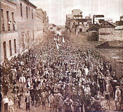Manifestación antes de destruir el monumento