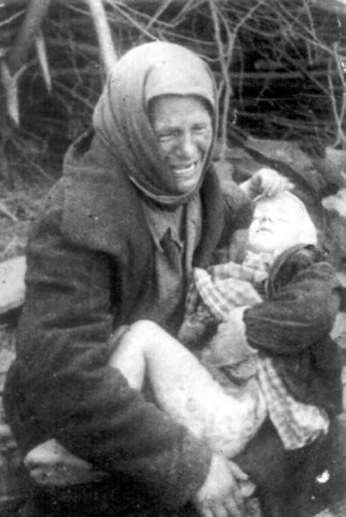 Татьяна Онищенко с дочкой на руках, смертельно раненой осколками немецкой бомбы. Подмосковье