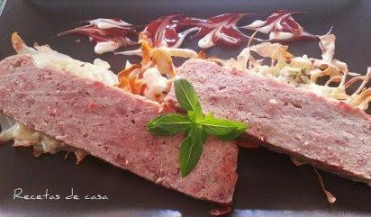 Pastel de carne en microondas con crujiente de boniato, patata y chirivia.