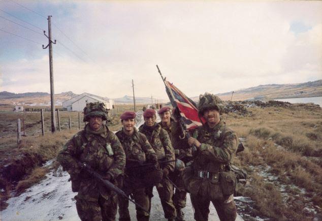 John Geddes (com Union Jack) e companheiro Paras após a sua vitória duramente conquistada nas Malvinas