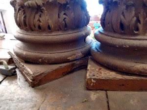 Pilares de madeira do altar da Igreja do Bonfim com problemas na base, que é de madeira e está com cupins (Foto: Maiana Belo/G1 BA)